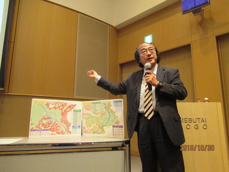 萩野茂樹氏が作成した『さわるハザードマップ』を紹介する渥美公秀氏