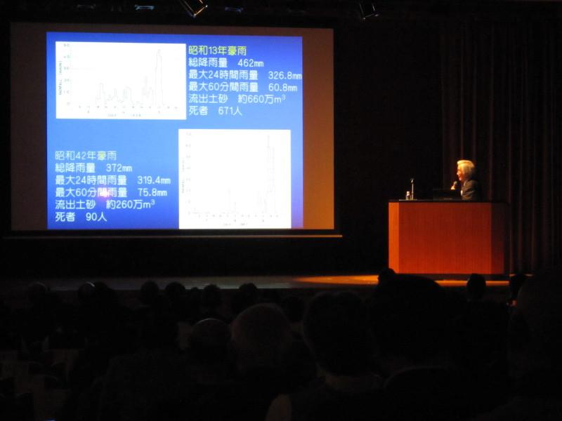 近年の豪雨災害について語る沖村氏の講演模様 - 「阪神大水害デジタルアーカイブ 公開イベント」 阪神大水害から80年~個人の記憶を社会の記憶に~