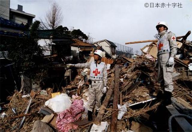 P5 1a 阪神・淡路大震災で(日赤提供) - 日本赤十字社の「平成の災害と赤十字」展